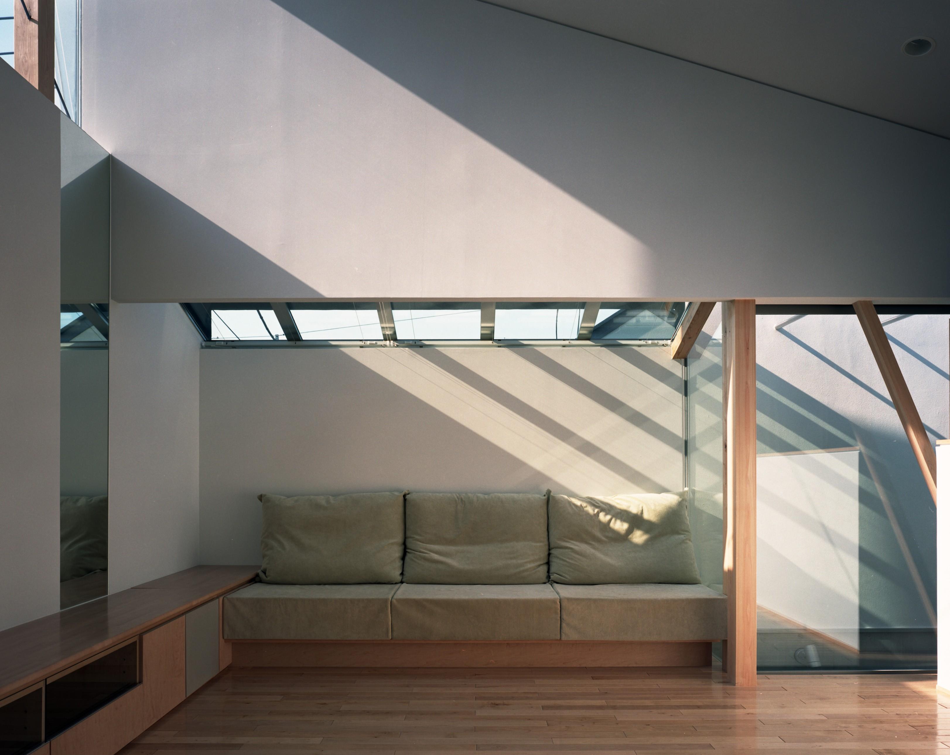 リビングダイニング事例:リビング ソファスペース(【宙空のコートハウス】 壁に囲まれたプライバシー完全な家)