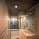 【宙空のコートハウス】 壁に囲まれたプライバシー完全な家の写真 浴室・洗面