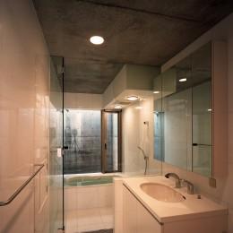 【宙空のコートハウス】 壁に囲まれたプライバシー完全な家 (浴室・洗面)