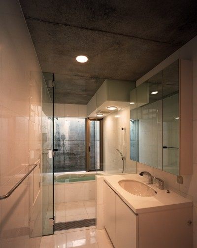 浴室・洗面 (【宙空のコートハウス】 壁に囲まれたプライバシー完全な家)