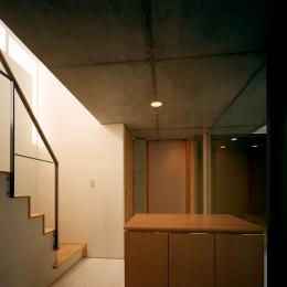 【宙空のコートハウス】 壁に囲まれたプライバシー完全な家 (玄関)