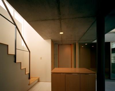 玄関 (【宙空のコートハウス】 壁に囲まれたプライバシー完全な家)