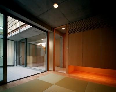 和室 (【宙空のコートハウス】 壁に囲まれたプライバシー完全な家)