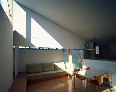 リビングダイニング (【宙空のコートハウス】 壁に囲まれたプライバシー完全な家)