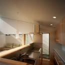 【宙空のコートハウス】 壁に囲まれたプライバシー完全な家の写真 キッチン