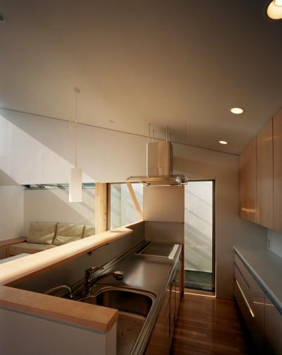 キッチン (【宙空のコートハウス】 壁に囲まれたプライバシー完全な家)