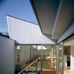 【宙空のコートハウス】 壁に囲まれたプライバシー完全な家 (中庭・テラス)