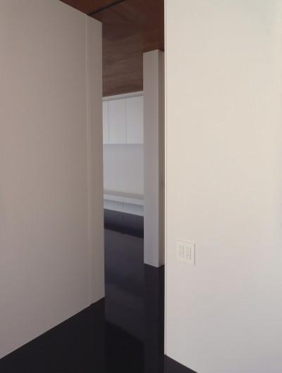 所沢の住宅 (寝室からリビングをのぞむ)