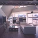狭小傾斜変形地を生かした家の写真 リビングよりダイニングキッチンを見る