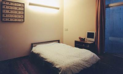 狭小傾斜変形地を生かした家 (寝室)