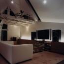 狭小傾斜変形地を生かした家の写真 リビング夜