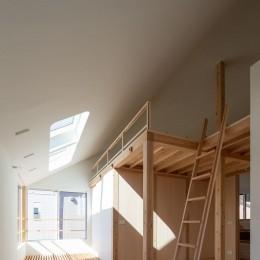 椿庵 ― 茶室のある旗竿敷地の住宅 ― (トップライトからの光を拡散するサンルームとロフト)