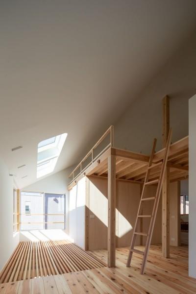 トップライトからの光を拡散するサンルームとロフト (椿庵 ― 茶室のある旗竿敷地の住宅 ―)