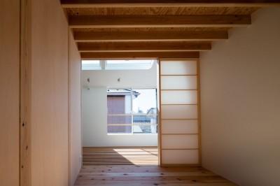障子越しにサンルームと繋がる寝室 (椿庵 ― 茶室のある旗竿敷地の住宅 ―)