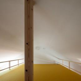 椿庵 ― 茶室のある旗竿敷地の住宅 ― (カーブした天井がトップライトからの光を拡散するロフト)