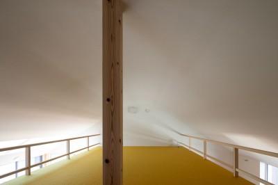 カーブした天井がトップライトからの光を拡散するロフト (椿庵 ― 茶室のある旗竿敷地の住宅 ―)