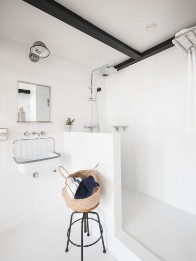 洗面・シャワールーム (倉庫リノベーション_シンプル海外スタイル)