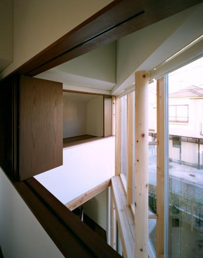ベッドルームから吹抜を眺める (【ブーメラン・プランの家】 「へ」の字型のプランから広がる世界)
