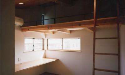 【自由が丘の家】  宙に浮いたテラスが特徴の住宅 (子供室)