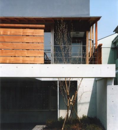 外観 (【自由が丘の家】  宙に浮いたテラスが特徴の住宅)