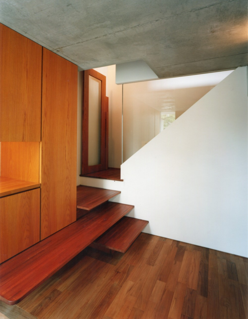 【自由が丘の家】  宙に浮いたテラスが特徴の住宅 (玄関・階段)