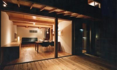 【自由が丘の家】  宙に浮いたテラスが特徴の住宅 (テラスからリビングダイニングを眺める)