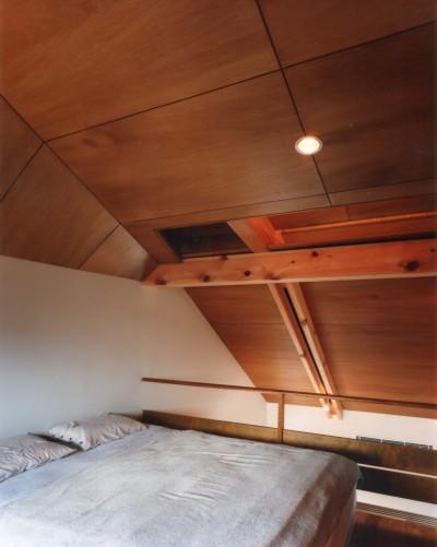ベッドルーム (【自由が丘の家】  宙に浮いたテラスが特徴の住宅)