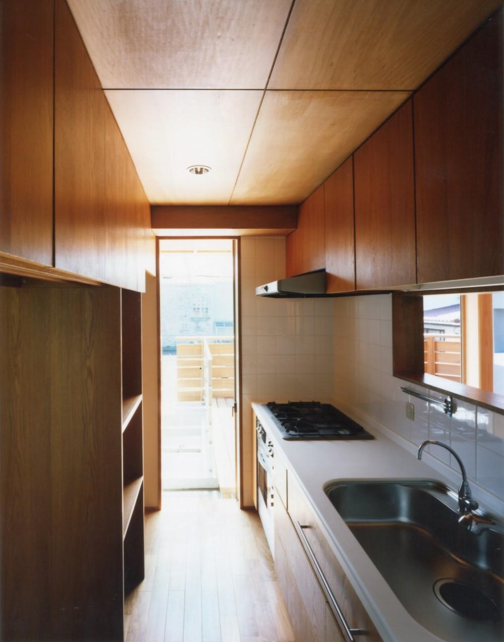 【自由が丘の家】  宙に浮いたテラスが特徴の住宅 (キッチン)