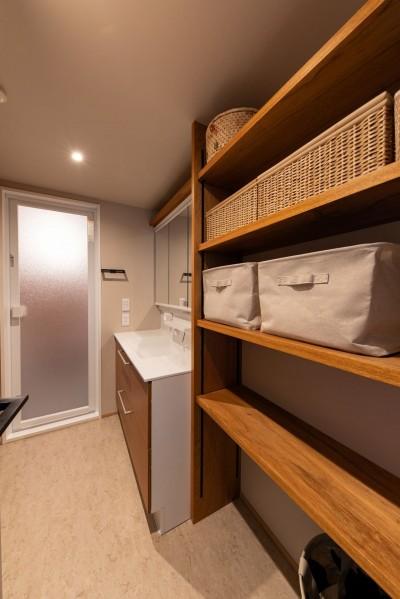 洗面脱衣室収納 (褪光の家)