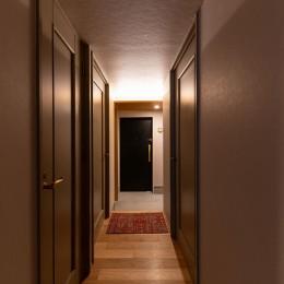 褪光の家 (廊下から玄関をのぞむ)