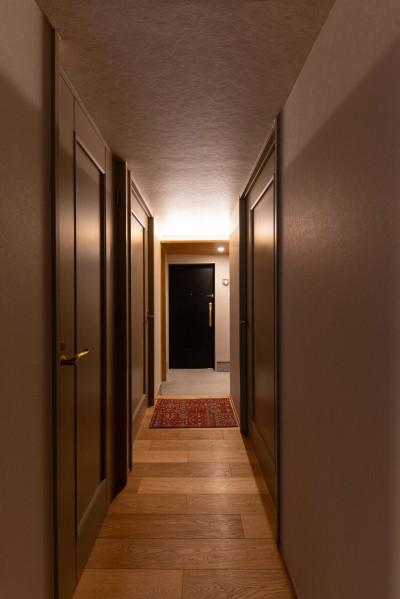 廊下から玄関をのぞむ (褪光の家)