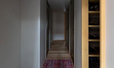 褪光の家 (玄関から曲面の壁をのぞむ)