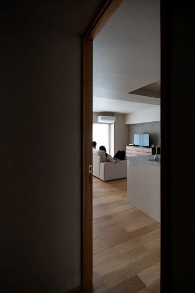 褪光の家 (プライバシーが守られたリビングルーム)