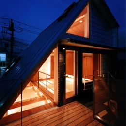 【登り梁の家】   都会の狭小地に建つ山小屋