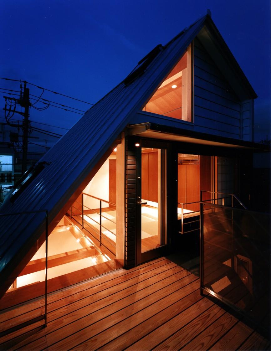 【登り梁の家】   都会の狭小地に建つ山小屋 (テラス)