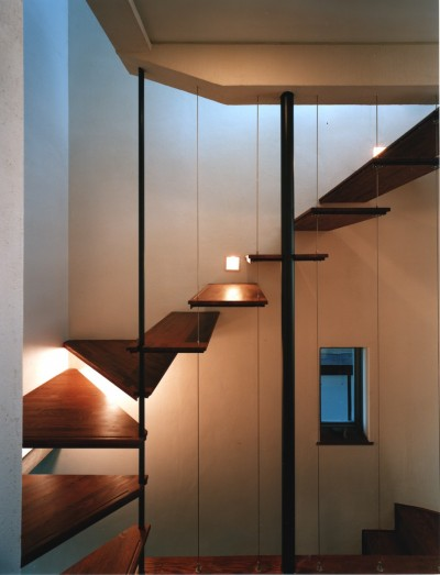 階段 (【登り梁の家】   都会の狭小地に建つ山小屋)