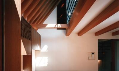 【登り梁の家】   都会の狭小地に建つ山小屋 (リビングダイニング)