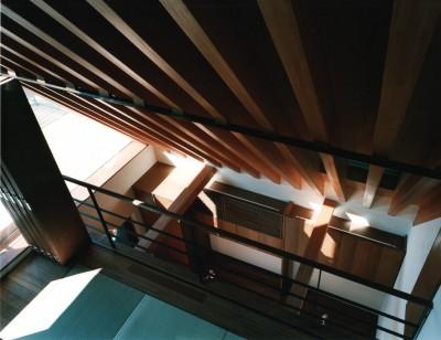 和室(吹抜)からリビングを眺める (【登り梁の家】   都会の狭小地に建つ山小屋)