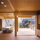 【橘の家】の写真 リビングダイニングからテラスを眺める
