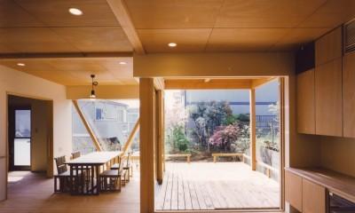 【橘の家】 (リビングダイニングからテラスを眺める)