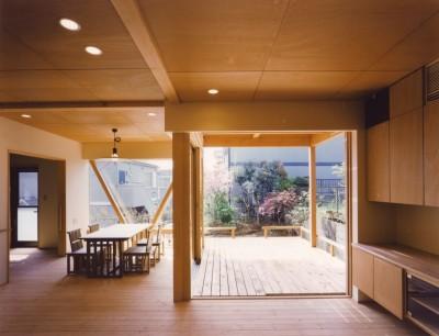 リビングダイニングからテラスを眺める (橘の家)
