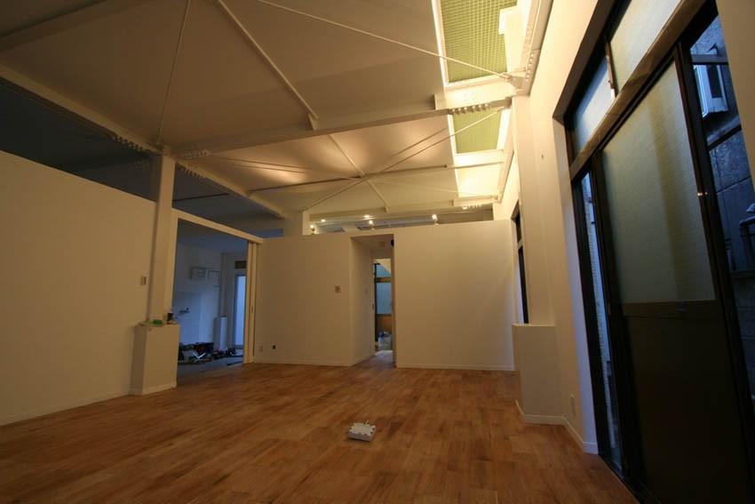 繋がる家 -工場兼用住宅を住宅にリノベーション- (1Fファミリーリビング・寝室)