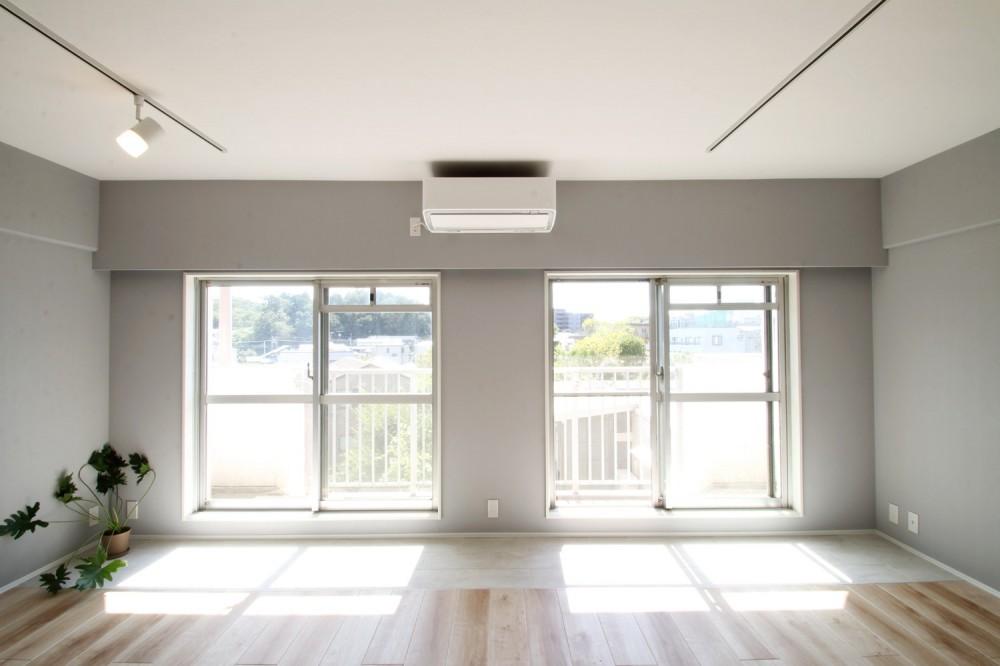 ブルーグレーのクロスに白い窓枠の室内窓。シックな女子リノベ。 (LD)