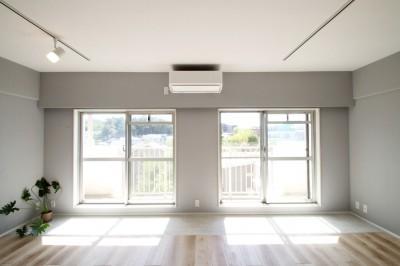 LD (ブルーグレーのクロスに白い窓枠の室内窓。シックな女子リノベ。)