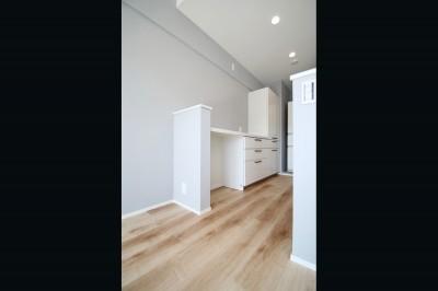 キッチン (ブルーグレーのクロスに白い窓枠の室内窓。シックな女子リノベ。)