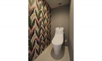トイレ ブルーグレーのクロスに白い窓枠の室内窓。シックな女子リノベ。