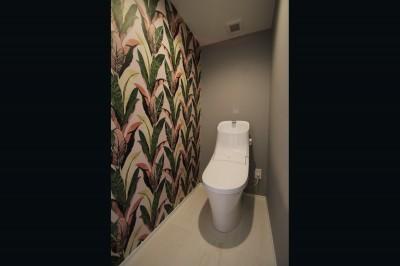 トイレ (ブルーグレーのクロスに白い窓枠の室内窓。シックな女子リノベ。)