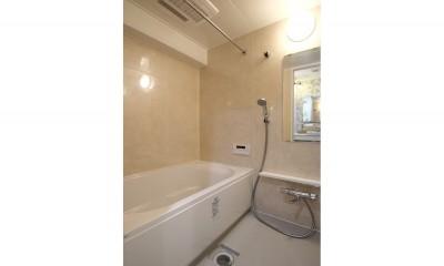 バスルーム|ブルーグレーのクロスに白い窓枠の室内窓。シックな女子リノベ。