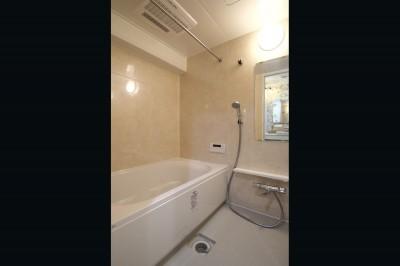 バスルーム (ブルーグレーのクロスに白い窓枠の室内窓。シックな女子リノベ。)