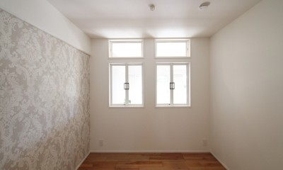 ブルーグレーのクロスに白い窓枠の室内窓。シックな女子リノベ。 (寝室)